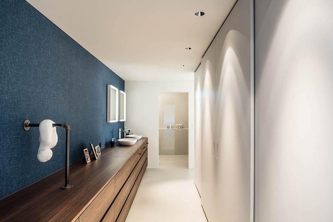 Odermatt Ideenschreinerei Bad mit blauer Wand